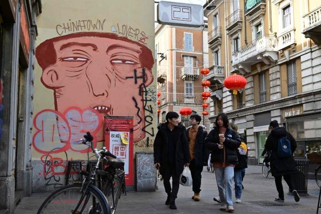 中國武漢爆發肺炎疫情後,義大利米蘭出現醜化中國人的塗鴉。(Getty Images)