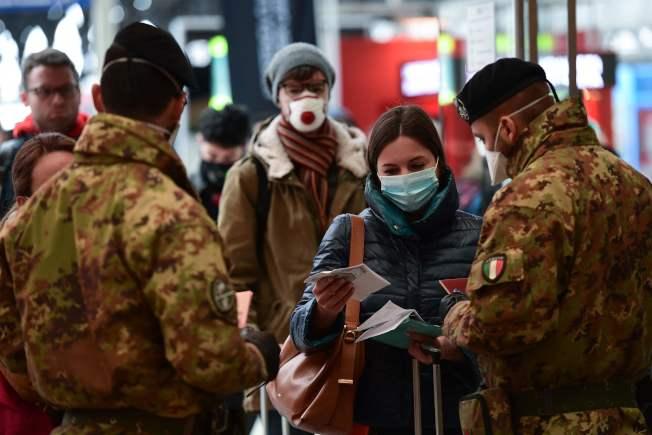 米蘭下令封城,士兵在火車站檢查旅客的件。(Getty Images)