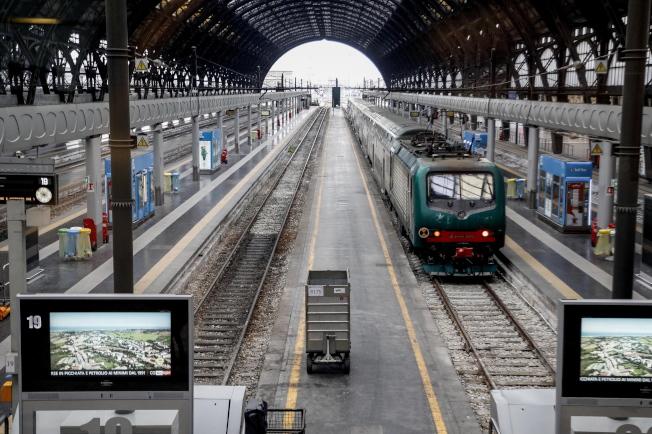 義大利政府第一階段下令米蘭及附近城市封城,圖為封城後的米蘭火車站。(歐新社)