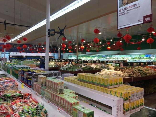 洛杉磯縣聖蓋博市一家華人超市,3月21日晚間7時半,超市內消費者不多,但貨架上的菜肉魚蛋、水果、冷凍食品都是滿滿的,消費者可買到絕大多數想要食品。(本報記者/攝影)