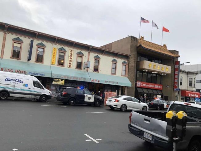 屋崙華埠商戶Hai 22日說,16日早上,有華人女子手提包被搶,包中有剛從賭場贏回的1萬現金。圖為事發早上,警方趕到現場處理。(Hai 供圖)