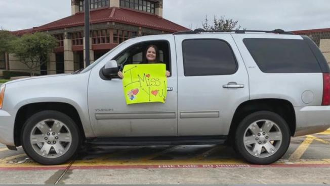 赫塔度駕車經過學生家門外時準備秀出的海報。(臉書照片)