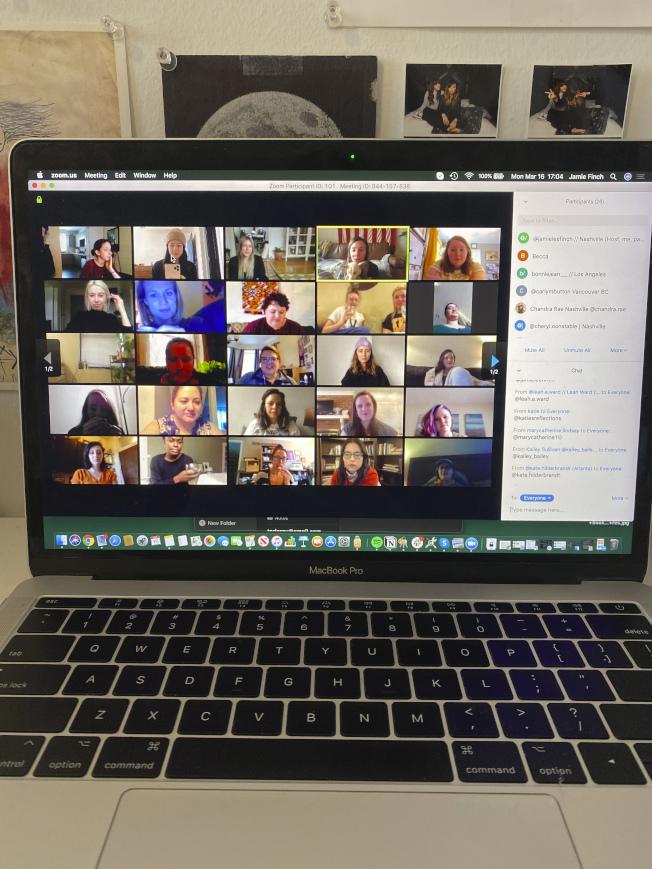 適應新冠肺炎疫情居家上班的趨勢,白領族紛紛舉辦線上虛擬派對,號稱「新冠日」。圖為田州的芬奇女士在自家電腦上與同事開視訊派對。(美聯社)