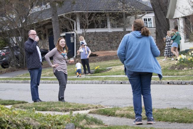 新冠病毒侵襲下,不得室內群聚。新澤西州居民在自家社區街旁開起派對,飲酒作樂一番。(美聯社)