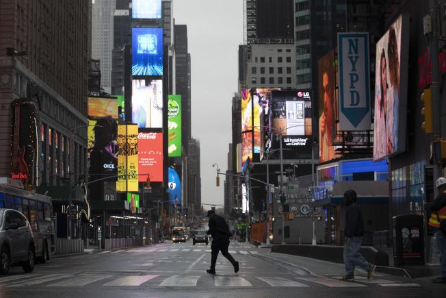 紐約州長葛謨表示,防疫已經成為新常態,同時也將研究重啟經濟的計畫。圖為時報廣場人煙稀少。美聯社