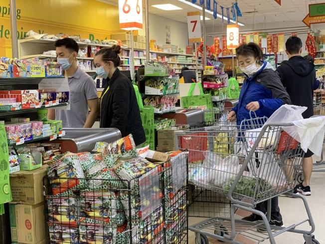 維州關停娛樂休閒業商家,超市等必要商家繼續開門。(記者羅曉媛/攝影)