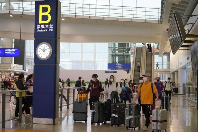 香港一周新增約200例,專家籲防疫不可鬆懈。圖為海外留學生抵達香港國際機場。(中通社)