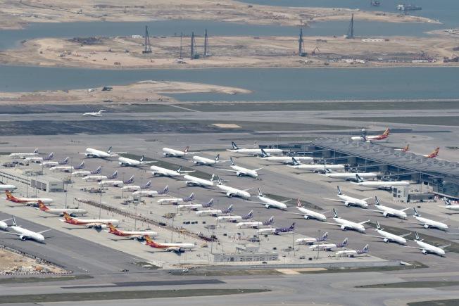 新冠肺炎疫情衝擊香港航空業, 近百架飛機停航。(中新社)