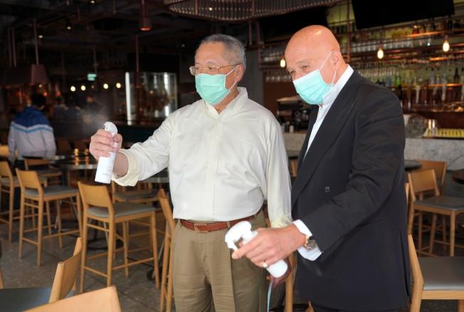 香港蘭桂坊現疫情,食肆獲贈抗疫「新武器」納米光觸媒消毒劑。(中通社)