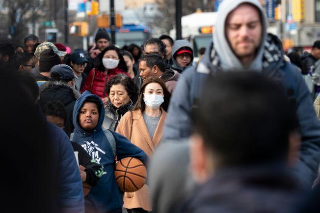 川普總統推文表示,新冠病毒與亞裔無關,大家一起抗疫,不分種族。圖為本月初紐約市法拉盛街頭。(Getty Images)