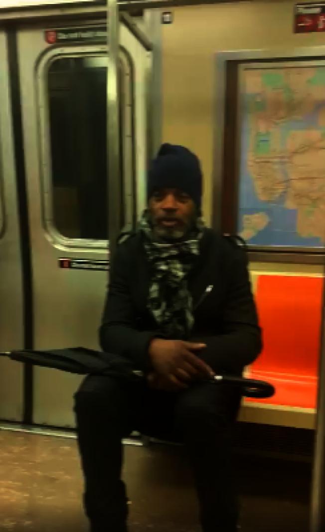 華裔學生情侶戴口罩坐地鐵遭非洲裔辱罵「病毒攜帶者」。(受害者提供)