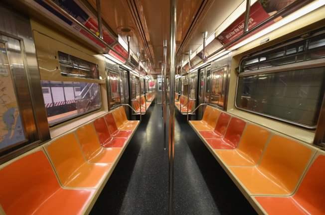 联准会23日宣布史无前例的系列纾困措施,缓和新冠疫情对美国经济的严重打击。图为23日纽约地铁整个车厢空无一人,民众都在家中避疫。(美联社)