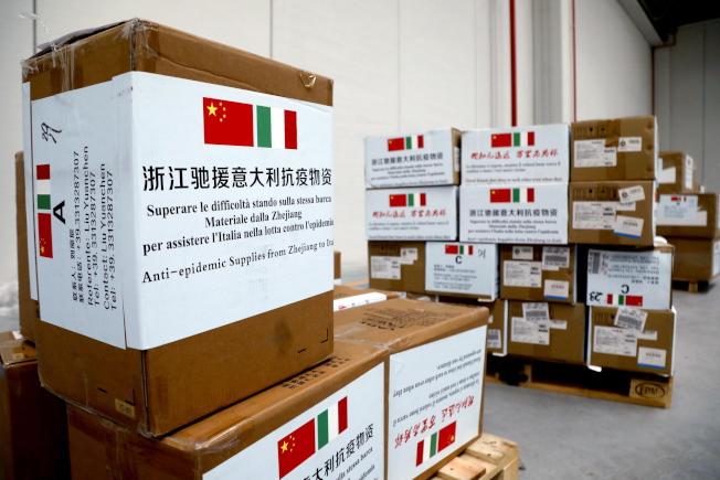 這批來自中國的口罩,究竟是「捐的」還「賣的」?在義大利引起爭論。(歐新社)