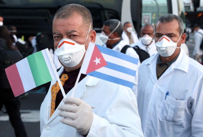 過去數周內,長期以「革命醫療團」換取外交支援與外匯的古巴,陸續向委內瑞拉、牙買加、蘇利南與格瑞拿達派出「防疫志願隊」。(歐新社)