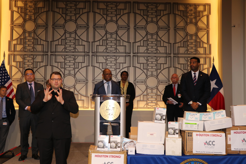 休士頓市長特納(中)出席受贈儀式。(記者封昌明/攝影)