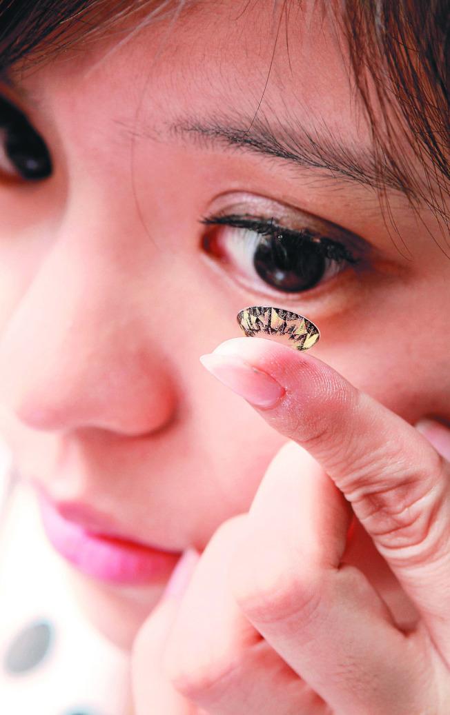 冷氣房戴隱形眼鏡 粉領族眼角膜破損