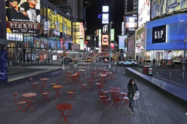 以往一位難求的時代廣場公共桌椅,現在成了孤單的裝置藝術。美聯社