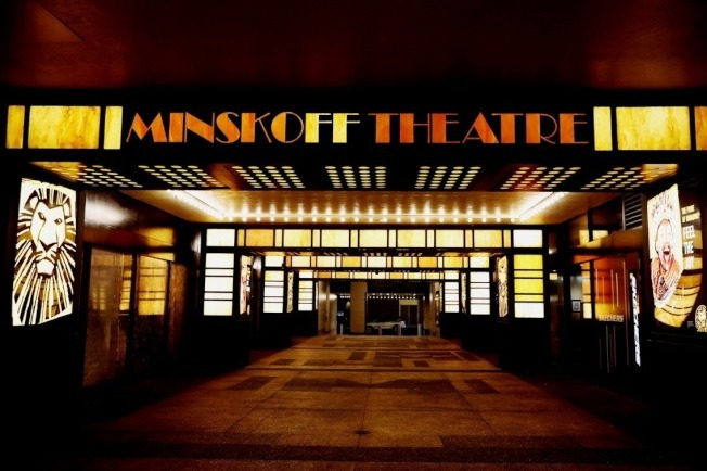 紐約時代廣場在疫情影響下,百老匯停演,圖為獅子王劇院無人的景象。美聯社
