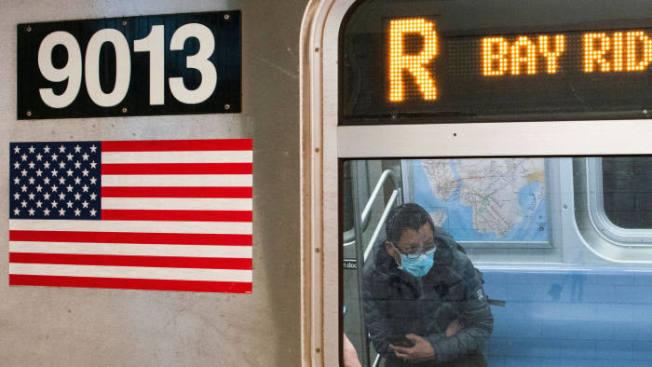 紐約地鐵不在人滿為患,圖為R線上戴著口罩的乘客。美聯社