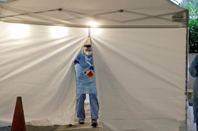 華盛頓州安養院為美國剛開始爆發疫情的地點,圖為醫護人員工作情況。美聯社