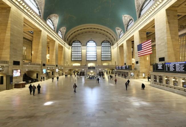 紐約中央車站本是人潮、遊客聚集知名景點,疫情下也十分空曠。美聯社