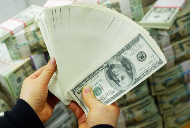 新型冠狀病毒疫情肆虐,讓金融市場跟著崩壞讓人焦慮不安。但這不代表要去銀行把存款全部領出來,將錢藏在床底下。(Getty Images)