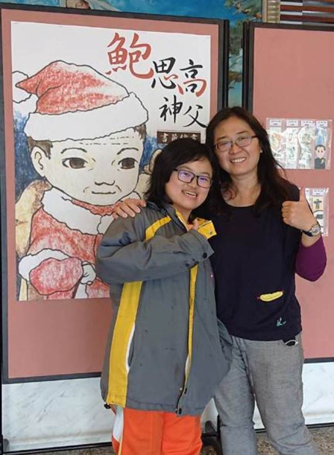 慈幼工商學生王嘉鳳(左)抗癌15年,是師生眼中的生命鬥士。(圖/慈幼工商提供)