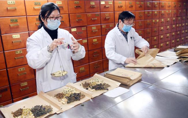 中國不少專家提倡中藥對抗新冠病毒 ,鍾南山團隊最新研究認為,中藥「連花清瘟」有抑制新冠病毒細胞複製的作用。(中新社)