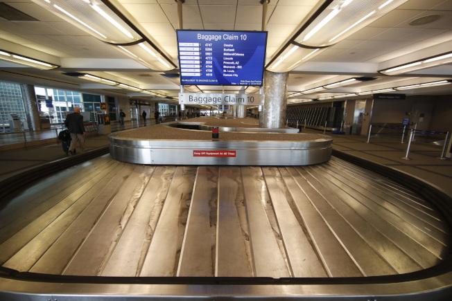 圖為丹佛國際機場空蕩蕩的行李運輸帶。(美聯社)