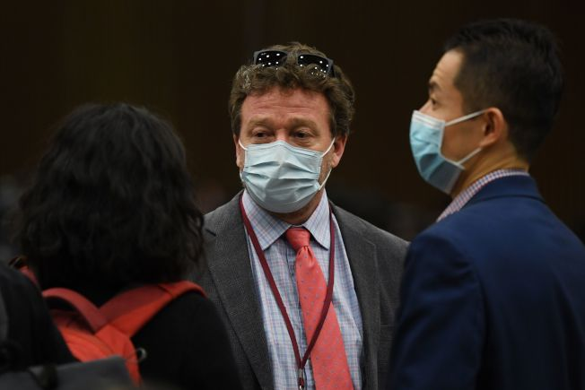 圖為紐約時報北京分社社長麥思理(中),是被中國驅逐的美國記者之一。(Getty Images)