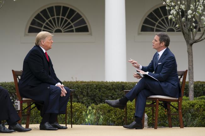 美國總統川普24日在白宮玫瑰花園接受福斯新聞台節目主持人赫默訪問。美聯社