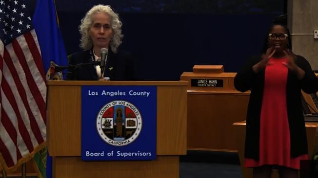 洛縣公共衛生局局長費若(Barbara Ferrer) 指出,洛杉磯縣24日出現首例18歲以下患者死亡病例。(記者謝雨珊/攝影)