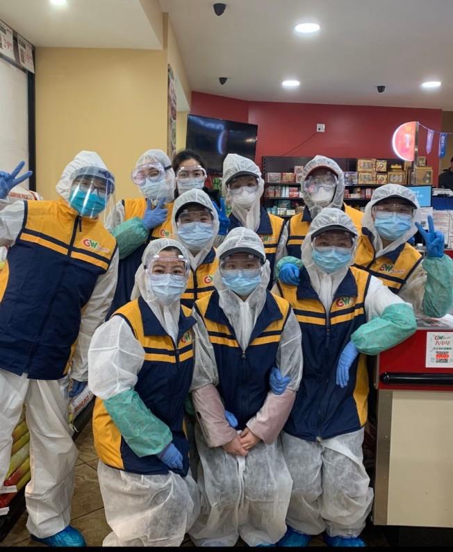 為防止疫情的擴散,華人超市的員工穿上防護服工作、戴上口罩與防護眼鏡工作。(薛丹尼提供)