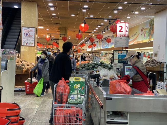雖然法拉盛的多數商戶暫時關門,但華人超市仍在疫情中開門營業。(記者牟蘭/攝影)