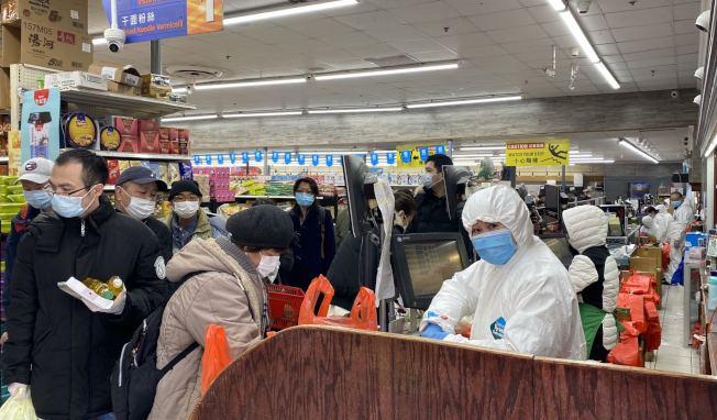 法拉盛超市的員工已穿上防護服、戴上防護眼鏡與口罩,保護自身與顧客的健康。(記者牟蘭/攝影)