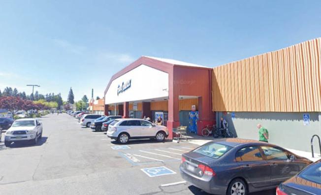 聖荷西一家FoodMaxx雜貨店一名員工因新冠病毒死亡,該店宣布暫停營業,徹底大消毒清潔後重新開放。(記者江碩涵/攝影)