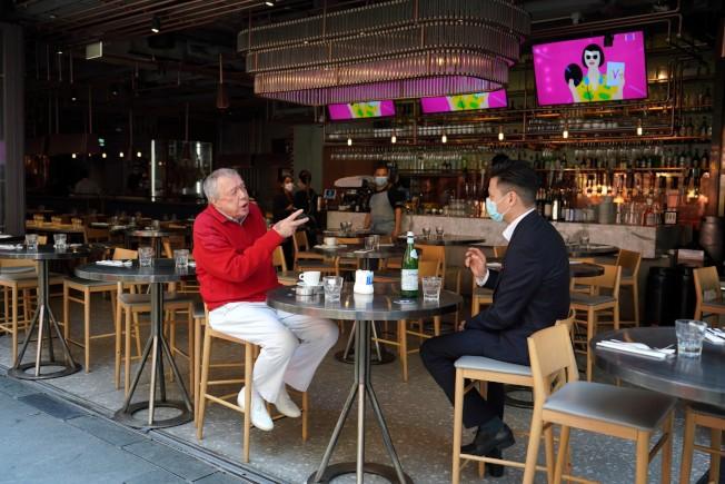 香港24日再增30宗確診,港府擬頒「禁酒令」引發業界極大反彈,然而不禁酒又易因喝酒而聚集、增加交叉感染風險,蘭桂坊一支樂隊成員7人就因群聚全部確診新冠肺炎。(中通社)