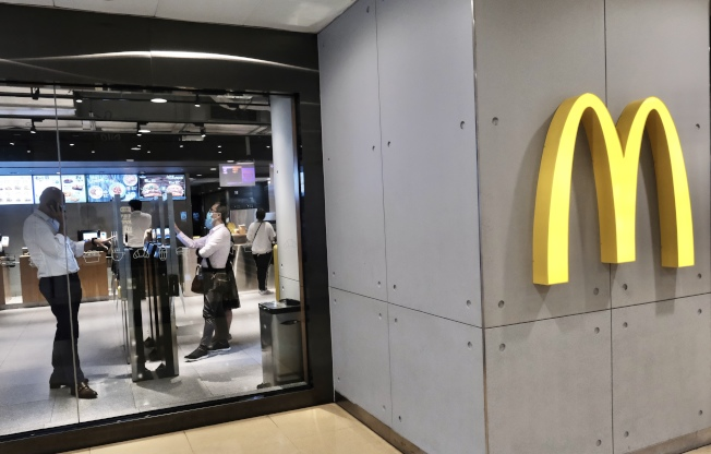 連鎖快餐店麥當勞因應新冠肺炎疫情,25日起傍晚6時後不提供堂食,只設外賣。(中通社)