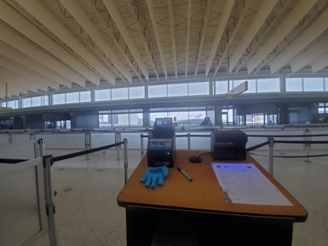 甘�迪国际机场多个航厦订于晚上8时关闭,夜班旅客登机将受影响。(读者提供)