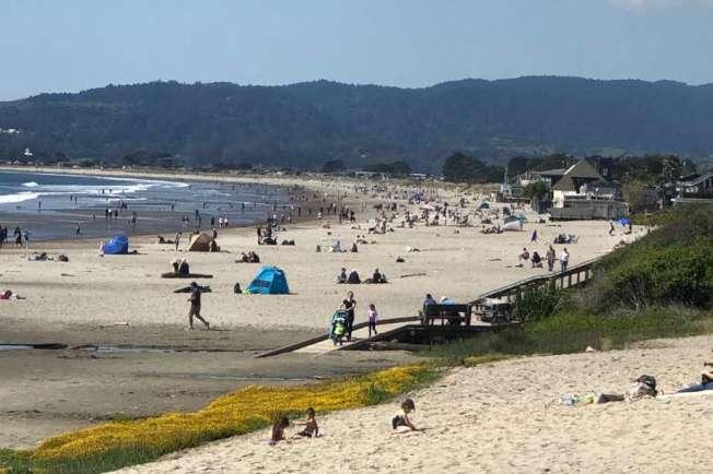 日灣區的史汀遜海灘(Stinson Beach)在居家避疫令實施下竟出現人潮。(美聯社)