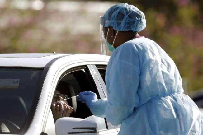 灣區一處無須下車的病毒檢測站。(美聯社)