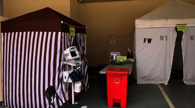 比佛利醫院在急症科外搭帳篷,進行病患篩查。如有流感症狀且必要,直接送往病房。防止其進入醫院急症大廳,造成可能的交叉感染。(記者陳開/攝影)