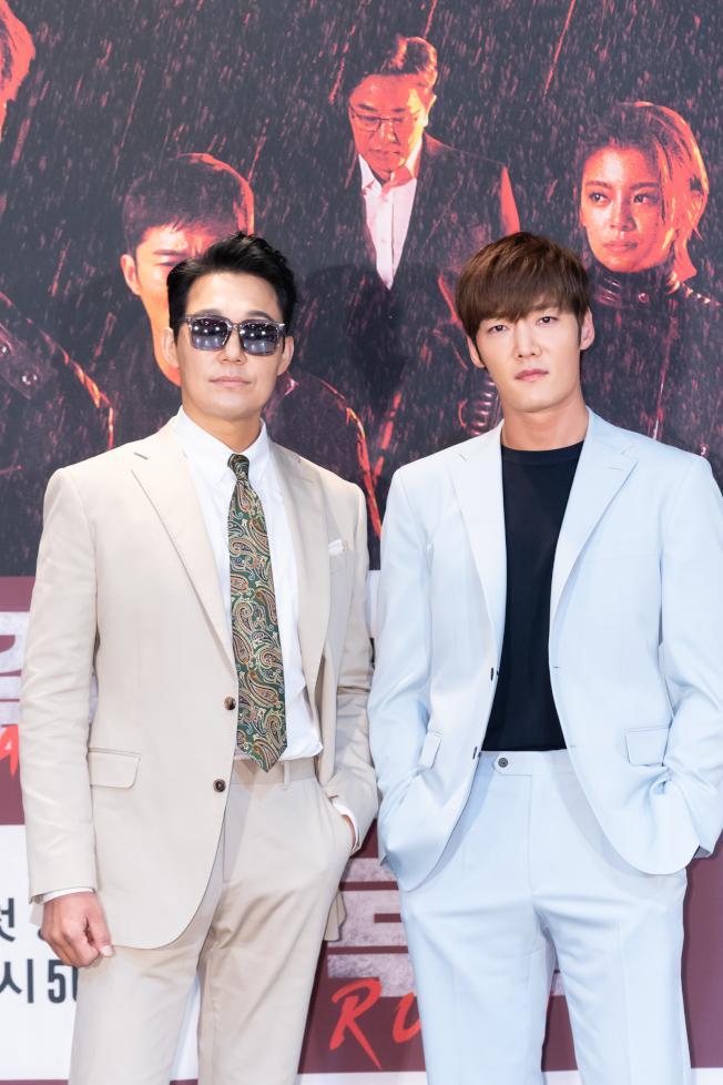 崔振赫(右)和朴誠雄(左)期盼吸引男性觀眾。(圖:Netflix提供)