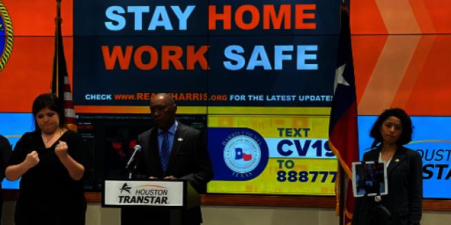 休士頓市市長特納(中)與哈里斯縣長伊達爾戈(右)宣布,休士頓地區於24日(周二)午夜11:59開始實施「居家令」。(市長臉書)