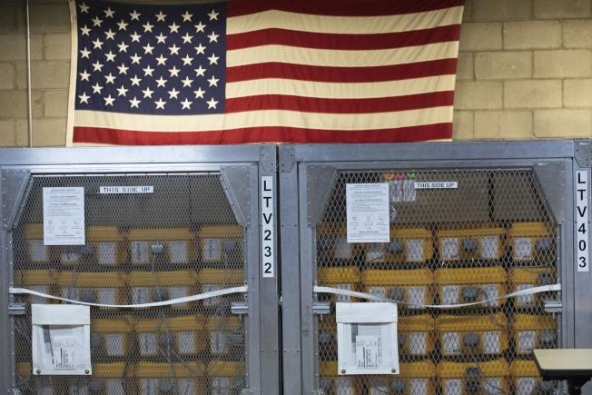 首批聯邦援助紐約市的呼吸器,送抵倉庫。(美聯社)