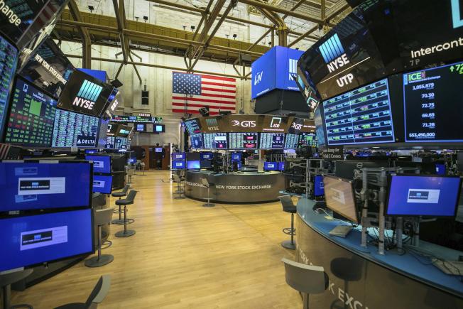 紐約證交所成立228年以來,第一次清場,由交易員在場外透過網路交易,卻創下歷史性飆漲紀錄。(美聯社)