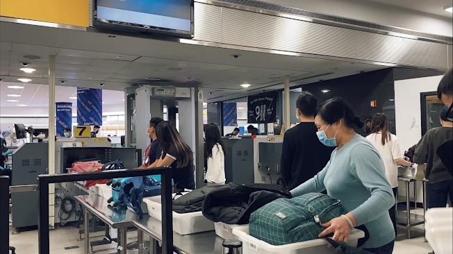 甘迺迪國際機場排隊安檢的人。(龐皓元提供)