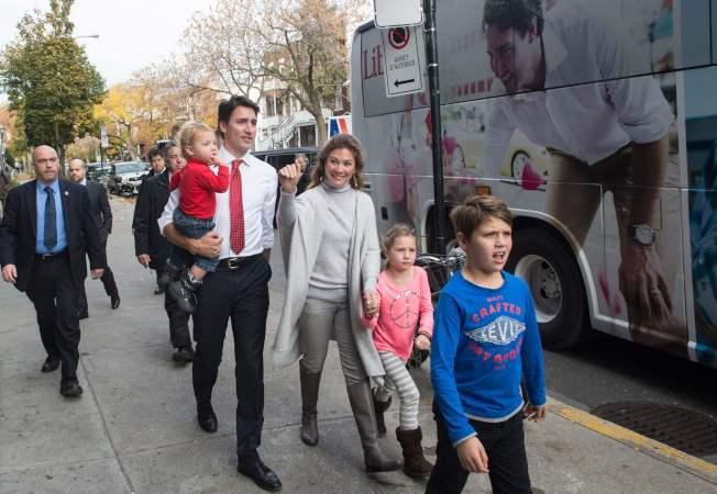 圖為杜魯多伉儷及他們三名子女。(Getty Images)