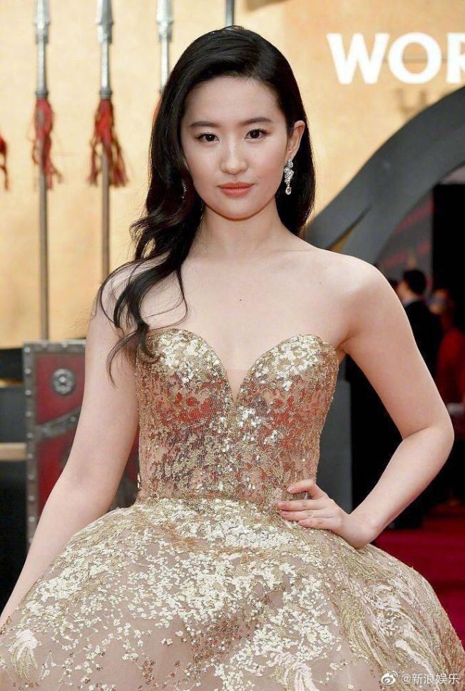 劉亦菲一席金色禮服現身。(取材自微博)