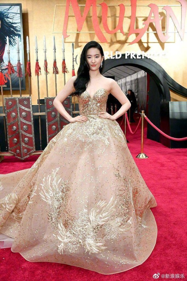 劉亦菲日前出席《花木蘭》美國首映禮時,因以「亞裔」自稱引發軒然大波。(取材自微博)